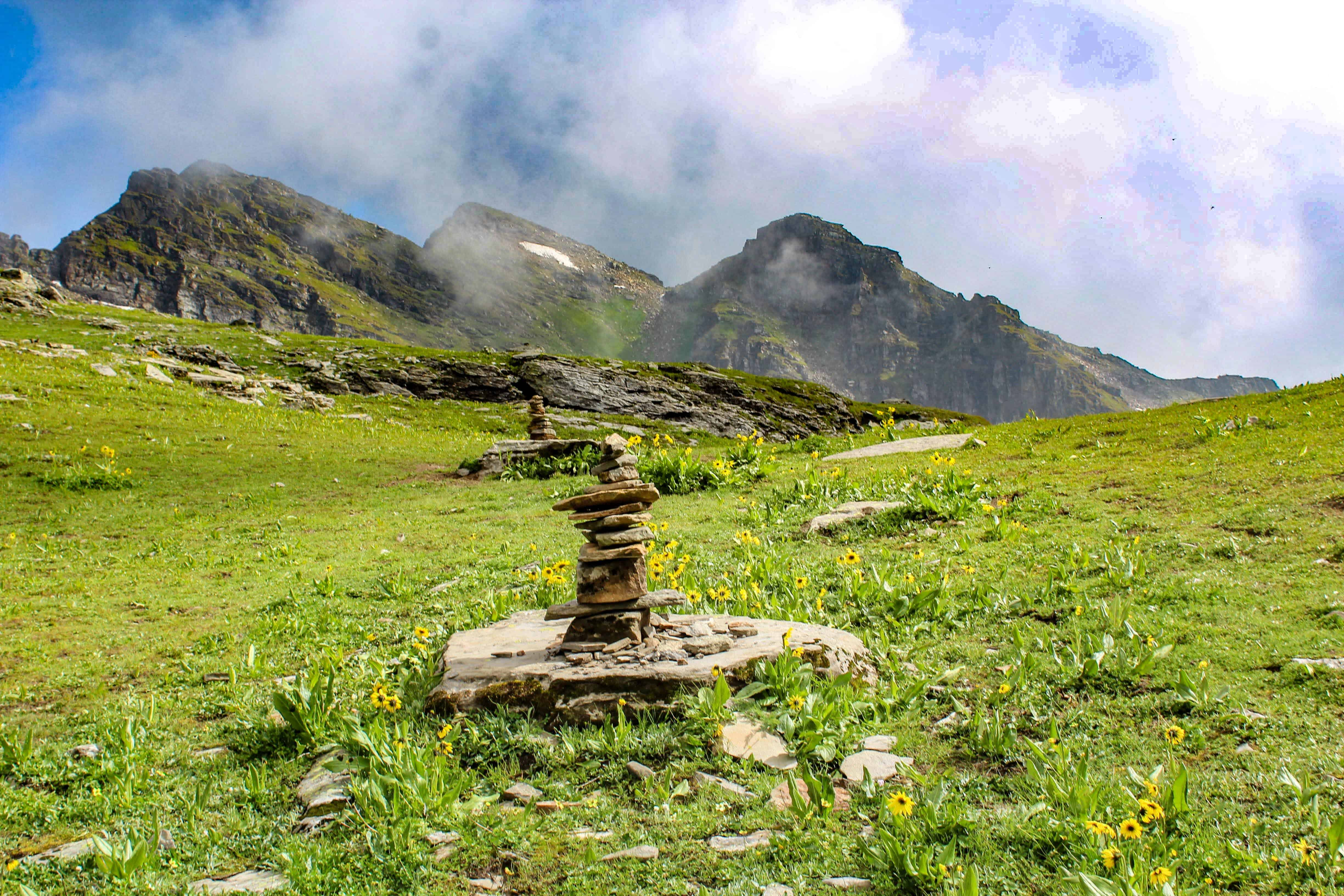 Cairns along the trail to Bhrigu Lake