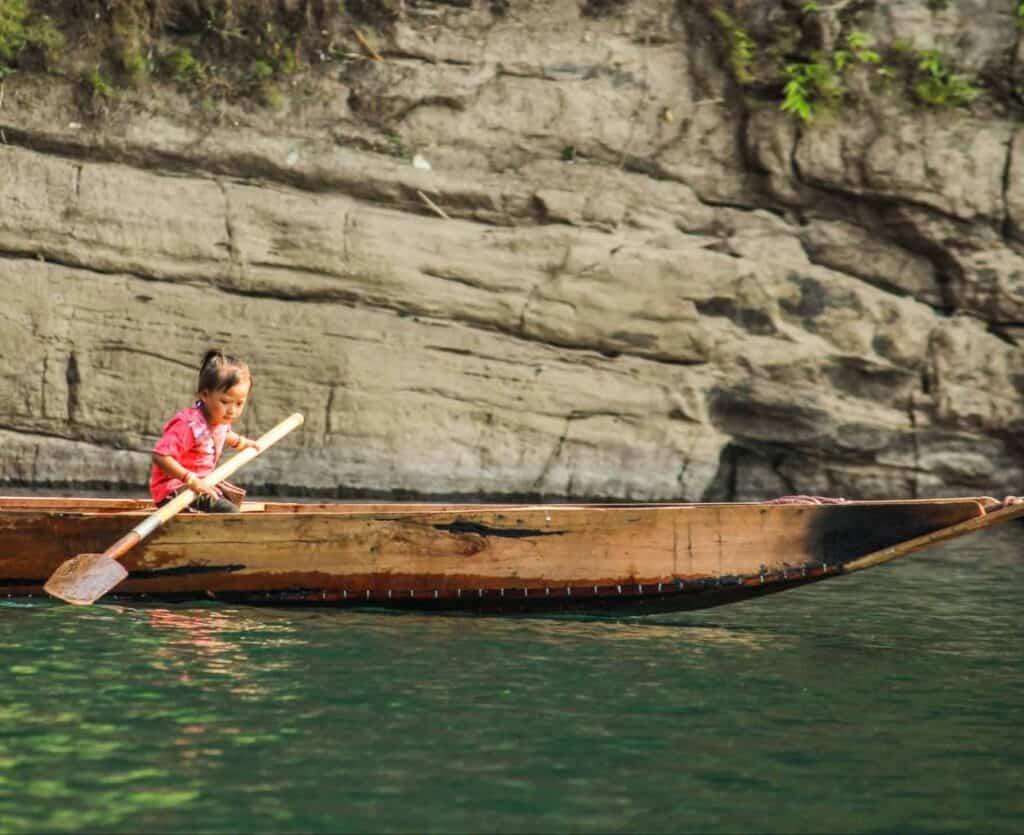 A little girl rowing in Dawki